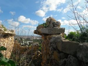 A wall at Għar Ilma showing the use of kileb